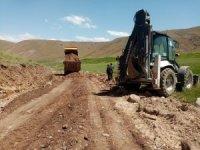 Çaldıran'da tarımsal arazilerde stabilize yol çalışmaları aralıksız sürüyor