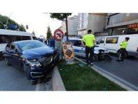 Sultangazi'de polis aracı ile otomobil çarpıştı: 1'i polis 2 yaralı