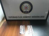 Uyuşturucu hapları kaçtıkları araçtan atsalar da polise yakalanmaktan kurtulamadılar