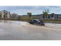Yağış sonrası oluşan göletler araçları zora soktu