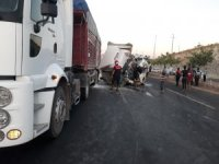 Su tankerine çarpan tırın sürücüsü ağır yaralandı