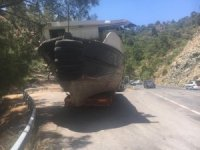 Yolda kalan tekne yüklü çekiciye polisler yardım etti