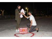 Erzincan'da genç adamdan kız arkadaşına meydanda sürpriz evlilik teklifi