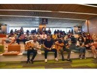 Bursa'da YKS'ye girecek öğrencilere kütüphanede sürpriz konser