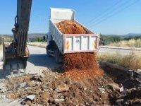 Yunusemre Belediyesi Akgedik yolunda asfalt onarım çalışması yapıyor