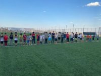 Elazığ'daki yaz spor okulları gençlerin yüzünü güldürüyor