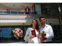 Koronavirüs karantinasındaki belediye başkanı evinin balkonundan nikah kıydı
