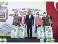 Büyükşehir Belediyesi, çiftçilere sera naylonu, sera ipi ve mikrobiyal gübre dağıttı