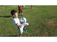Minikler futbol kurslarında hem eğleniyor hem de öğreniyor