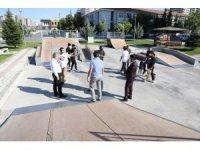 Başkan Palancıoğlu'ndan kaykaycı gençlere parkur yenileme sözü