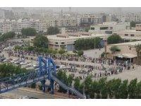 Pakistan'da vatandaşlar Covid-19 aşı merkezinde yüzlerce metrelik kuyruk oluşturdu
