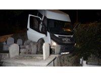 Minibüs mezarlığa uçtu: 2 yaralı