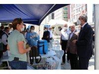Sultanbeyli Kent Meydanı'nda mobil sağlık ekiplerinden vatandaşlara Covid-19 aşısı