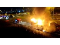 Başakşehir'de plastik ve ayakkabı yüklü tır alev alev yandı