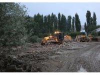 Van Büyükşehir Belediyesi sel bölgelerinde çalışıyor