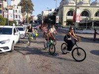 Süslü Kadınlar trafikte bisiklet farkındalığı için pedal çevirdi