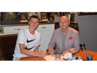 Bursaspor'un genç oyuncusu Eren Tunalı, profesyonel sözleşmeye imza attı