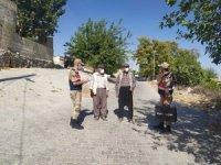 Yaya devriyesindeki jandarmalar kimsesizleri ziyaret ediyor