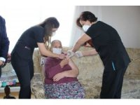 Maltepe'de 65 yaş üstü vatandaşlar aşı olmaları için evlerinde ziyaret ediliyor