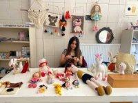 Çocukken öğrendiği el işini izlediği videolarla geliştirip kendi dükkanını açtı