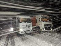 Kar ve tipi nedeniyle yol kapandı, tırlar yolda mahsur kaldı