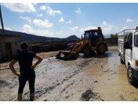 Van Büyükşehir Belediyesi, su taşkınlarından etkilenen vatandaşların yanında
