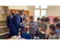Köy okulunda öğrencilere kitap hediye edildi