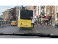 Şişli'de patenli gencin tehlikeli yolculuğu kamerada