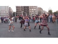 Taksim'de dans eden youtuberlara vatandaştan yoğun ilgi