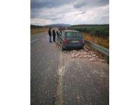 Ani fren yapan tırdaki taşlar arabanın üzerine savruldu