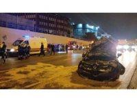 Bayrampaşa'da otomobilin çarptığı sebze yüklü kamyon devrildi: 2 yaralı