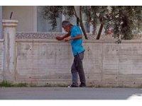 Elinde şırıngayla ayakta durmakta zorlandı, polis tarafından uzaklaştırıldı