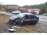 Kayganlaşan yolda kayan otomobil Tır dorsesine çarptı: 1 yaralı