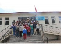 Diyadin'de öğrencilere ayakkabı ve satranç takımı hediye edildi