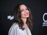 Angelina Jolie çocuklarıyla galada! Aksesuarı dikkat çekti