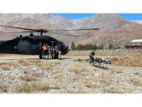Tunceli'de askeri helikopterler, kurtarma operasyonları ile yemleme çalışmalarında da kullanılıyor