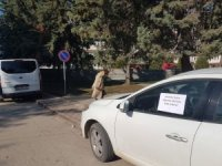Yaya yoluna park edilen aracın camına asılan yazı şaşkına çevirdi