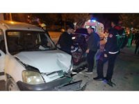 Direksiyon hakimiyetini kaybeden sürücü park halindeki araçlara daldı