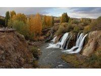 Muradiye Şelalesi'nde sonbahar güzelliği