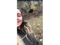 Orman muhafaza memuru genç kadın ayı ile özçekim yaptı