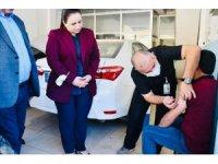 Kaymakam Nazlı Demir sağlık ekipleriyle sanayi esnafını aşına ikna etti