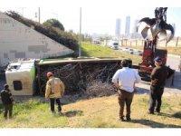 Kartal'da virajı alamayan hurda yüklü kamyon alt geçitte devrildi
