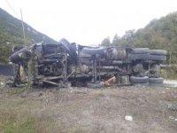 Devrilen sıcak asfalt yüklü hafriyat kamyonu alev aldı: 1 yaralı