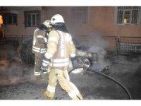 Sultangazi'de park halindeki otomobil alev alev yanarak kül oldu