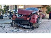 Servis minibüsü ile çarpışan otomobildeki çocuk yaralandı
