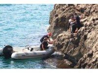 Falezlerden düşen kişiye, denizden botlu kurtarma