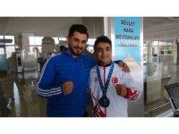 Dünya üçüncüsü milli kick boksçu Ersayar'a coşkulu karşılama