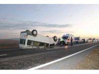 Niğde'de tarım işçilerini taşıyan minibüs devrildi: 1'i çocuk 11 yaralı