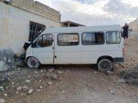 Tarım işçilerini taşıyan minibüs eve girdi: 15 yaralı