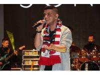 Ünlü şarkıcı Bilal Sonses'e sahnede doğum günü sürprizi
